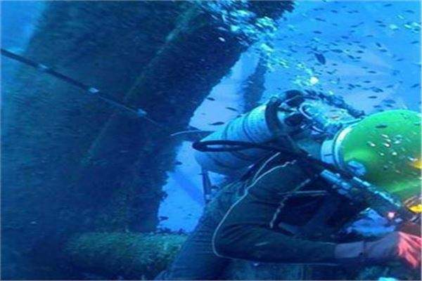 水下施工单位对设备和潜水员的作业要求是什么